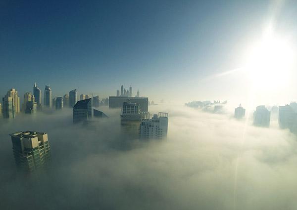 Wolkenkratzer über Smog in China.
