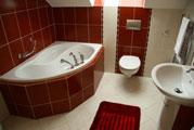 Badezimmer: Klare Linien und wenig Farben sind im Trend